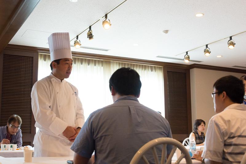 坂東シェフと伊藤シェフ、平CAもテーブルをまわって参加者とトーク