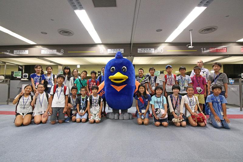 東京入国管理局のマスコットキャラクター「とりぶ」と一緒に記念撮影