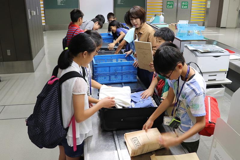 スーツケースの捜索で違法薬物や武器の密輸摘発を体験