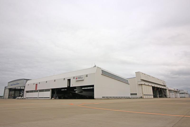 JALの2つの整備工場が並ぶ