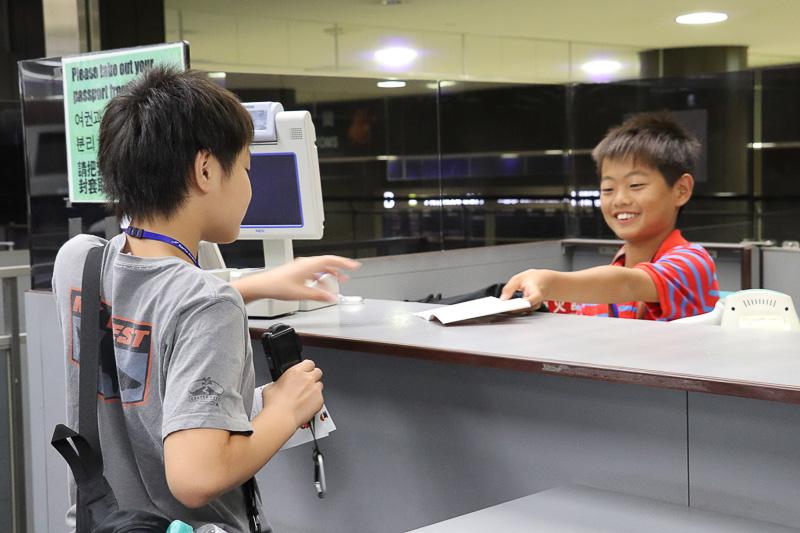 実際のカウンターで、参加者の名前と写真入りの「とりぶパスポート」でやりとり