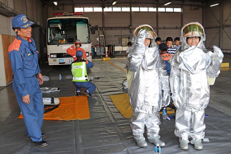 参加者も防護服を着用体験