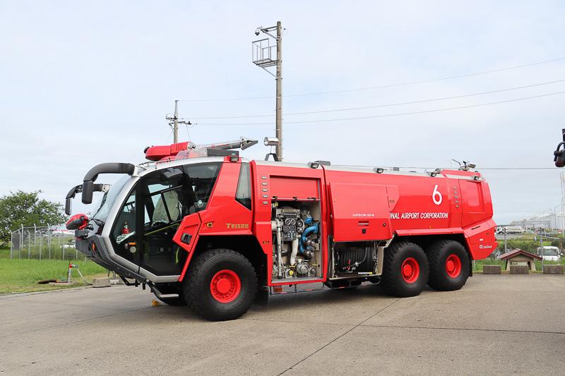 特殊な放水銃を装備した化学消防車