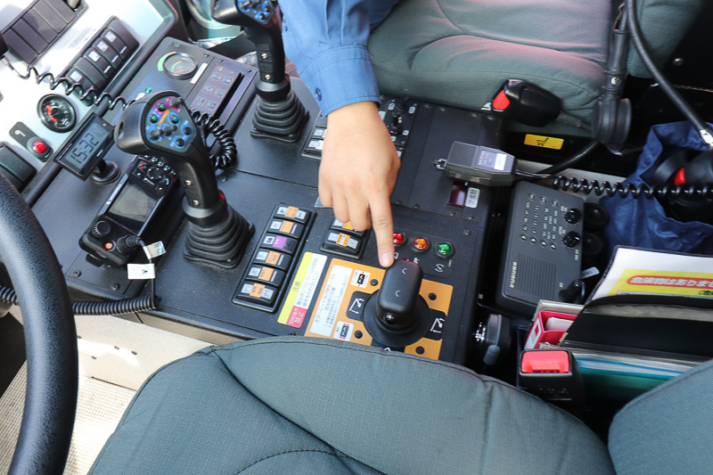 放水銃は運転席の専用ハンドルで操作