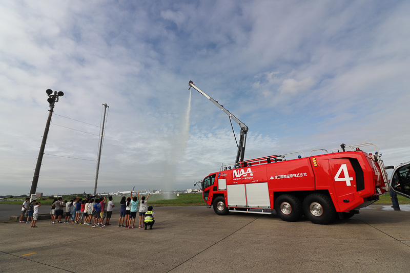 風で「HRET」からの放水が子供たちに飛び大喜び