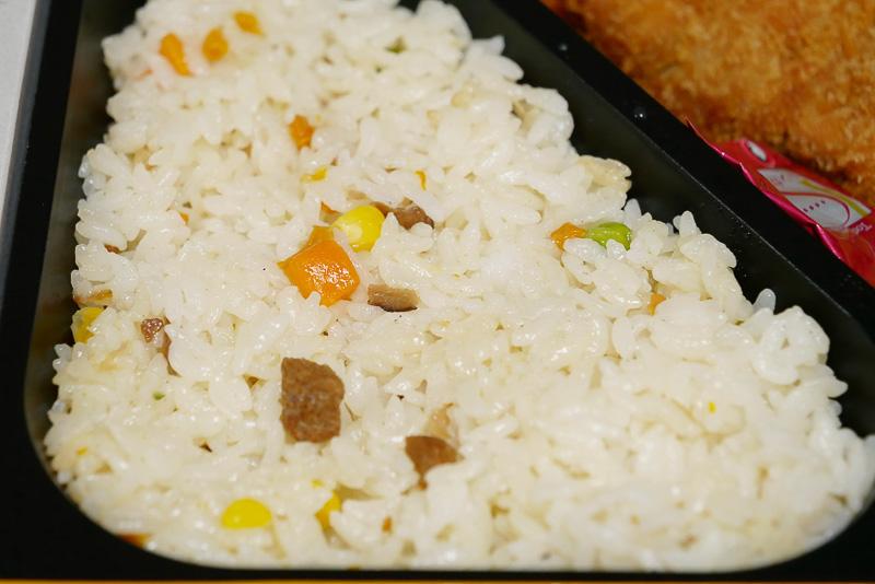 ピラフはほんのりエビ風味。お米には長崎県産米「ひのひかり」を使っている