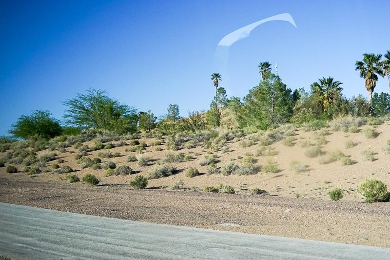 ラスベガスの市街地を抜けると、車窓にはこのような砂漠地帯の景色が延々と続く
