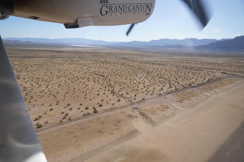 意外とあっさり離陸する。揺れはけっこう激し目。空港の周囲は一面砂漠
