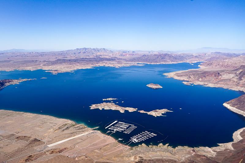 離陸してすぐに美しいミード湖が見えてくる。コロラド川をせき止めたアメリカ最大の人造湖
