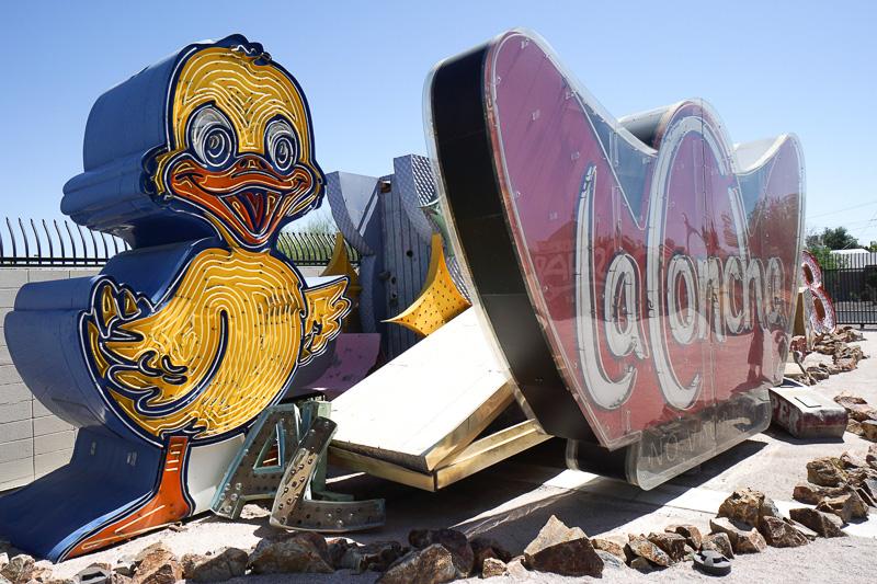 ミュージアムのマスコットにもなっているカーショップの看板「Ugly ducklings(醜いアヒルの子)」