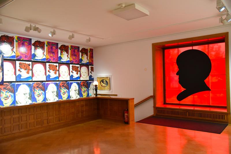 企画展「PLEASURE」では、現代アーティストのインパクト大な作品が並ぶ