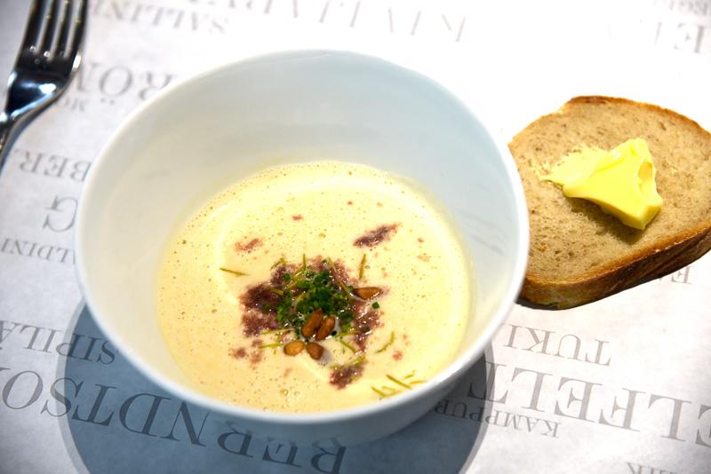 前菜の「Creamy cauliflower soup, crispy pork and spruce」