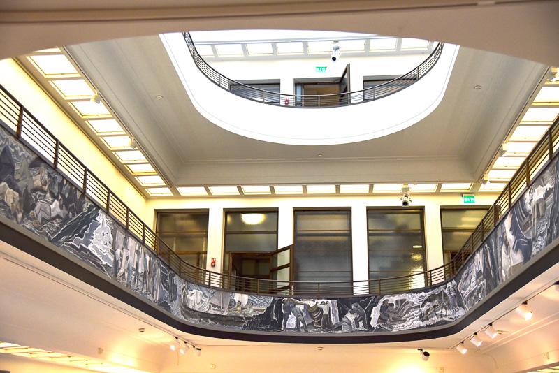 エントランスの2階部分の吹き抜けには、製紙業の歴史が刻まれている