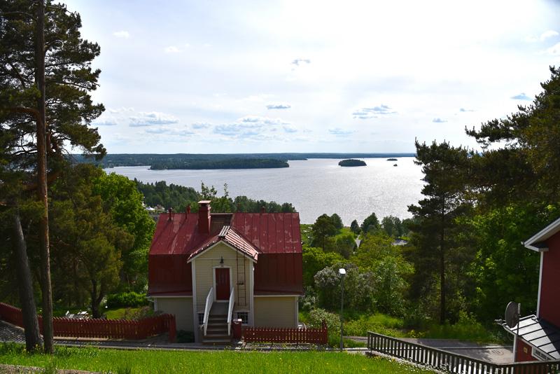 ピスパラ住宅エリアの公園は湖を見下ろす場所にある