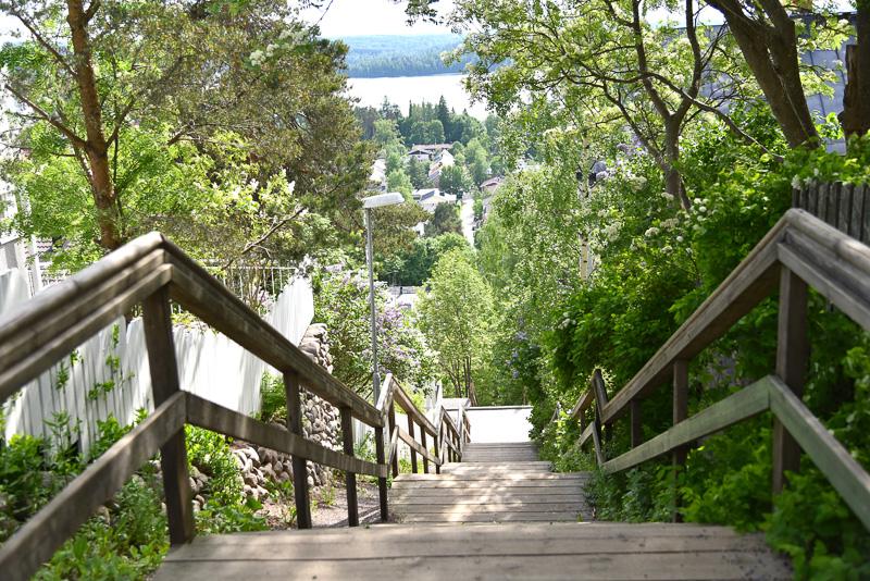 湖へ住宅エリアからそのままいくことのできる階段が続く