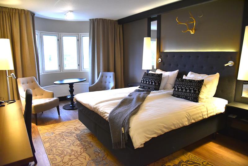 180×205cmのベッドとトナカイの角