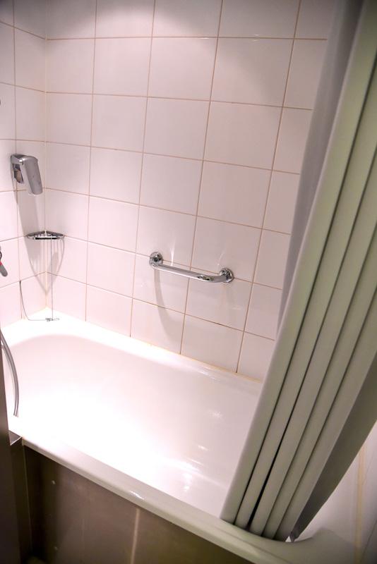 浴槽は比較的広々で足も伸ばせる。シャワーの出がよく、すぐに温かくなるのもよかった