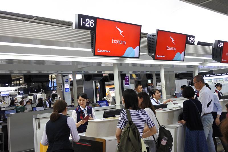 成田空港第2ターミナルのIカウンターでチェックイン