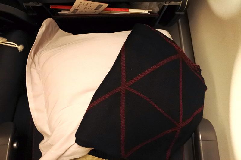 人間工学的に設計されたスリムシート。枕とブランケットを用意