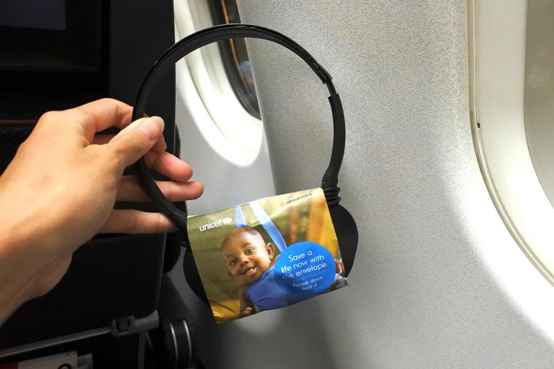 ヘッドフォンにはユニセフへの寄付の袋