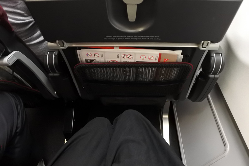足元のポケットには、機内誌などが。座席の余裕は広くもなく、狭くもなく