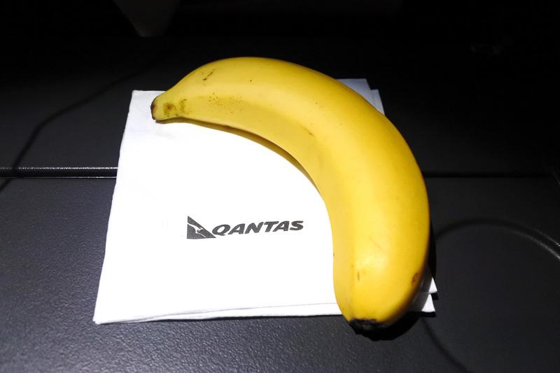 消灯時に配布されたバナナと、着陸前に提供された朝食の「卵とベーコンのトルティーヤ」と「季節のフルーツサラダ」