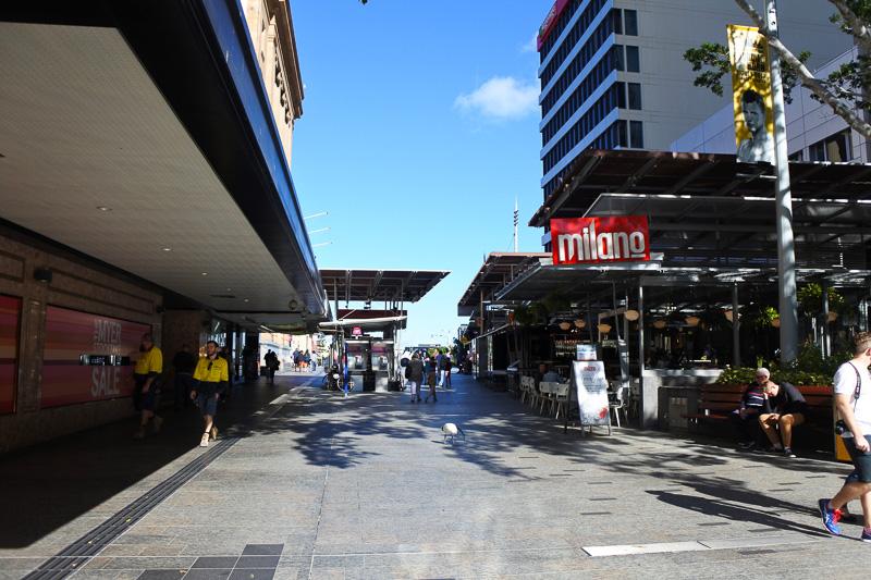 市内中心に位置し、大型のショップなどが並ぶ「クイーン・ストリート・モール」