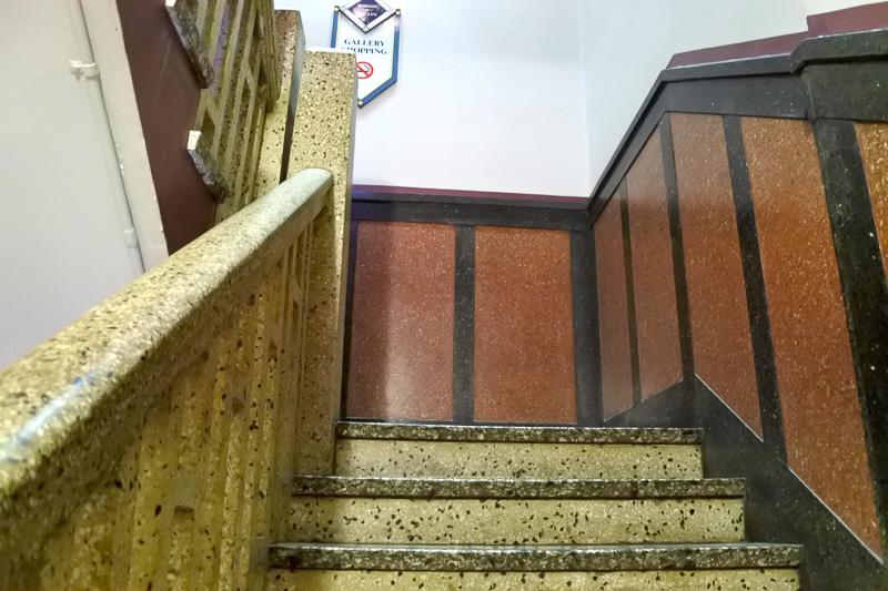 オープン当時そのままのレトロな雰囲気の階段なども