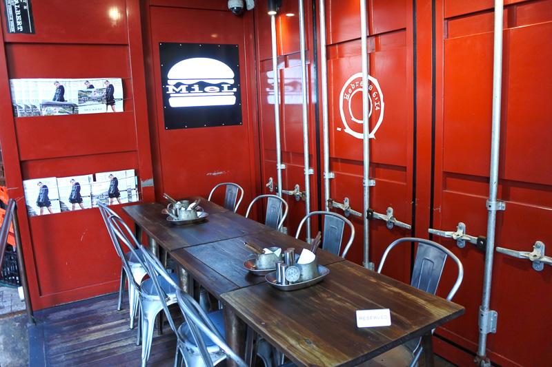 「MieL CONTAINER」は赤いコンテナが目印。コンテナ内にも席はあるが基本的にオープンタイプ