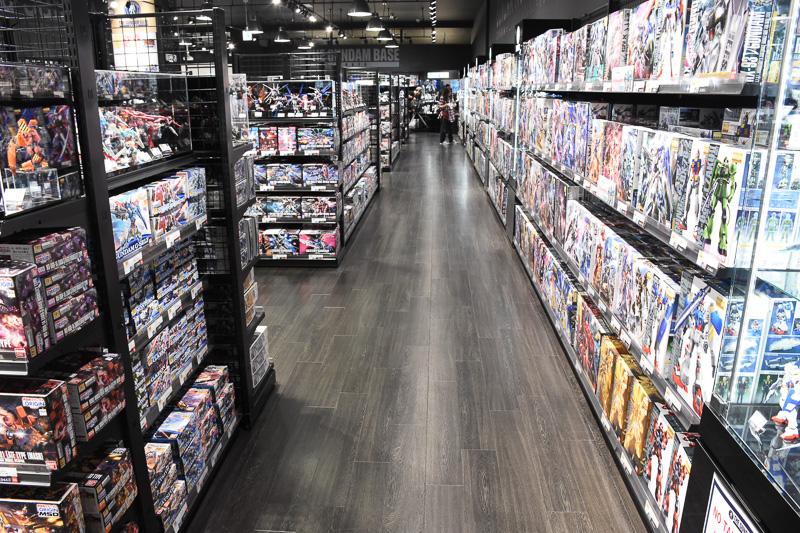 約1500種取り揃えているとあって、店内はものすごい物量。模型店や模型売り場では品薄気味のガンダムデカールもこのとおり