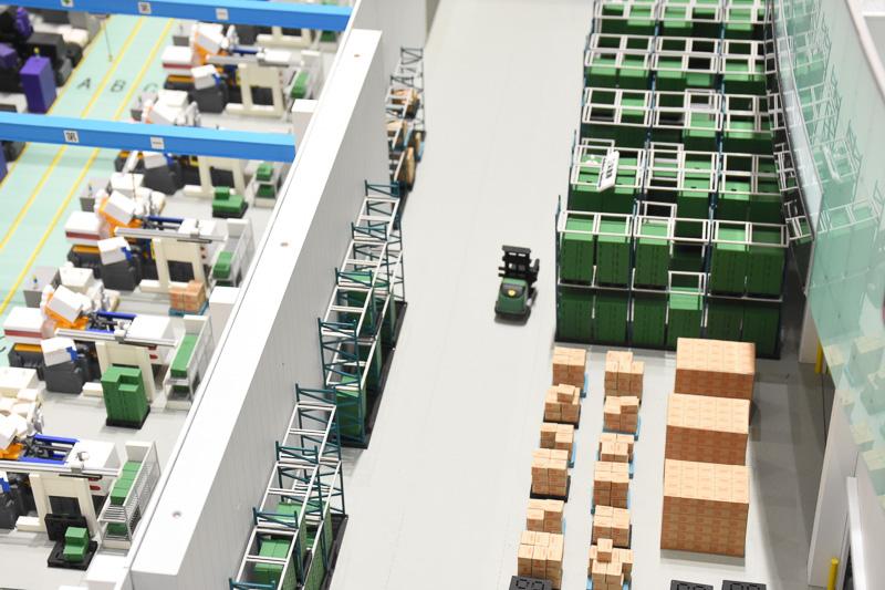 中央の量産型ザク風運搬車は実際に工場で使われている。これもボタンで動く