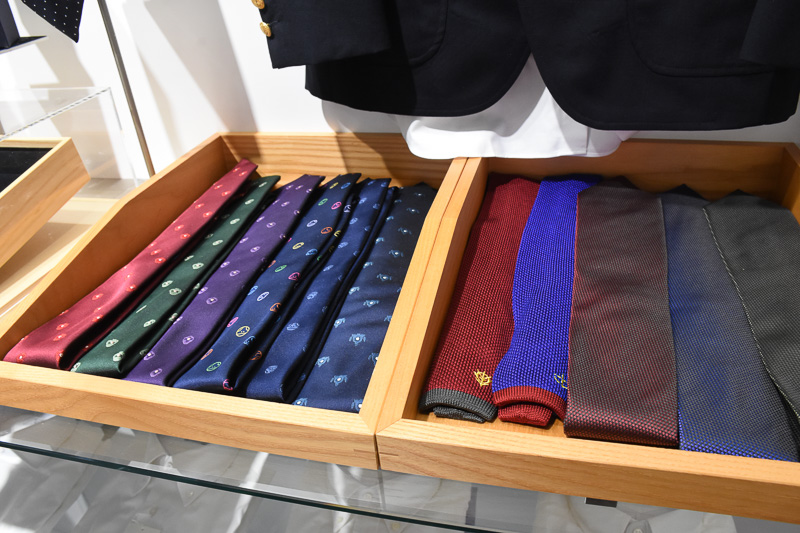 ネクタイはよく見ると柄がハロやザク、ドムなどガンダムネタ