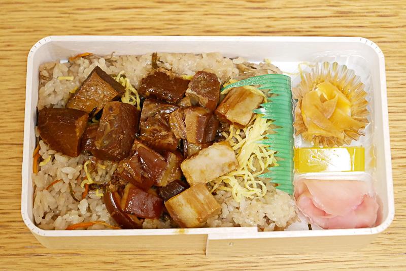 フタを取ると、ご飯の上にめいっぱい盛り付けられた豚の角煮が目に飛び込んでくる