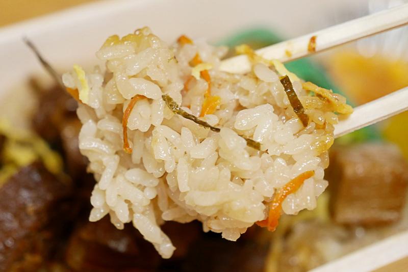 長崎県産のお米ともち米に、ニンジン、ゴボウ、椎茸を加え、角煮の煮汁で炊き上げた炊き込みご飯。豚肉の旨みがしみ込んで、箸が進む
