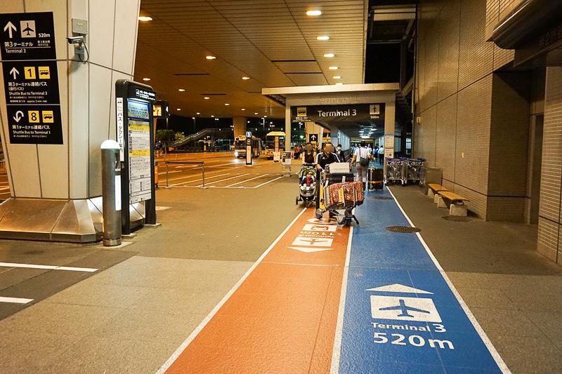 地上にもやはり第3ターミナルへの道を示すサインはいたるところにあり、スムーズ