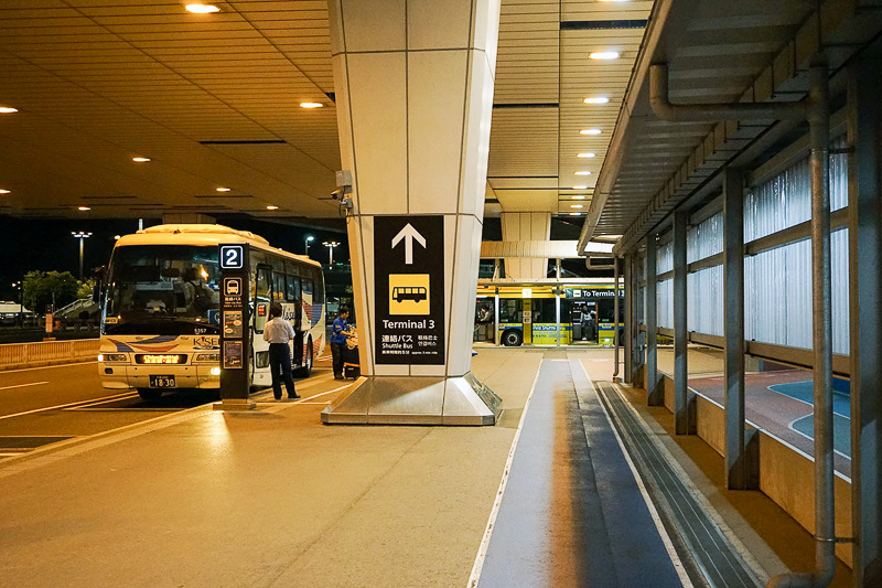 連絡バス乗り場は徒歩のルートの脇にある