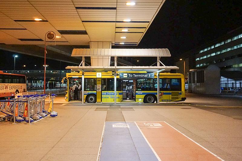 待機していたバス。車内は乗降口によけいな段差がなく大きな荷物があっても乗りやすい