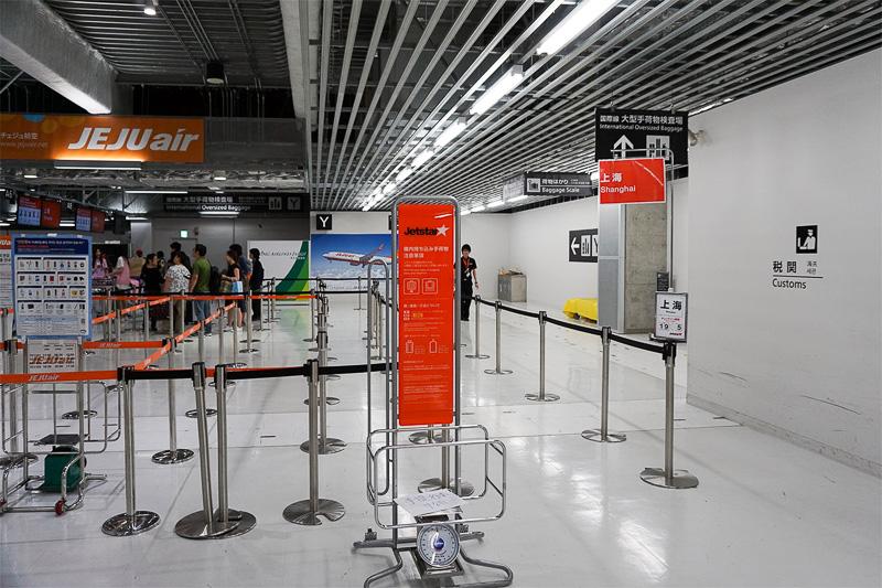 ジェットスターの上海便チェックインカウンターは入ってすぐの所にあった