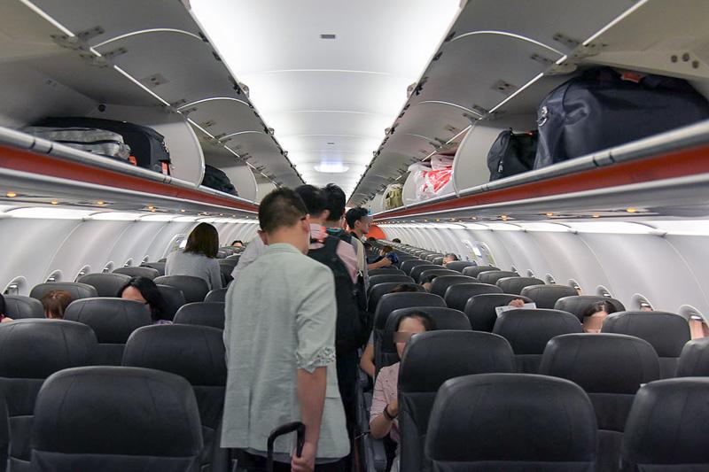 通路を挟んで3席ずつの配置。ライトグレーを基調とした機内
