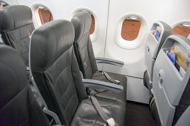座席はこんな感じ。足元のスペースを確保するようシートの形状が工夫されている
