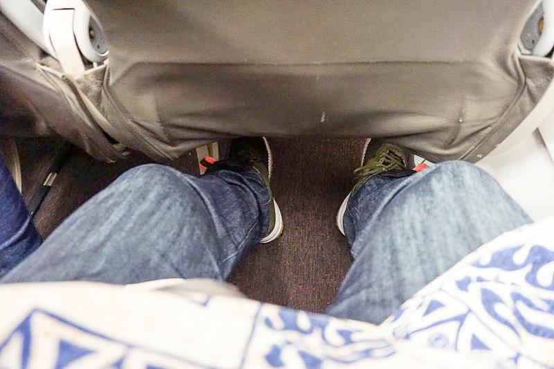 座ったところ。筆者(身長170cm、股下73cm)は完全に足を伸ばせる