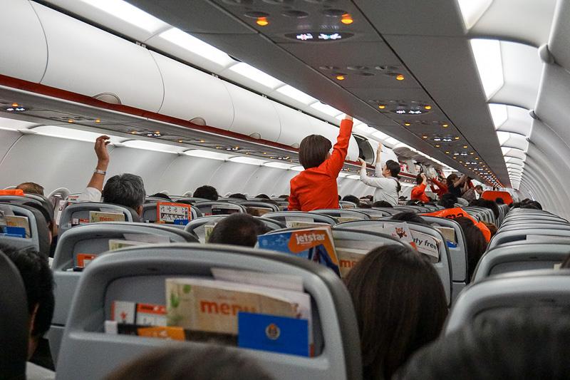 満席だったが、窓側の席の人から乗客を入れる合理的なシステムにより乗客の着席は意外とスムーズな印象