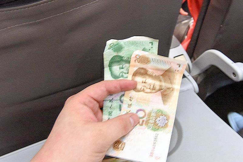 機内販売では日本円のほか、香港ドル、台湾ドル、フィリピンペソ、人民元が利用できる(日本円以外は紙幣のみ)。レートはその場で計算してくれ、お釣りは日本円でもらえる。帰りは人民元で支払った(カレーとコーラで69元)