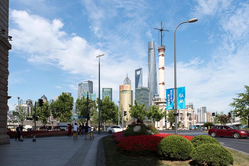 延安東路を進むにつれ、浦東の高層ビル群がはっきりと見えてくる