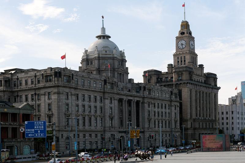 手前が旧香港上海銀行ビル。新古典主義様式の豪華な壮大な建築物だ。奥の時計台があるのが、旧江海関ビル