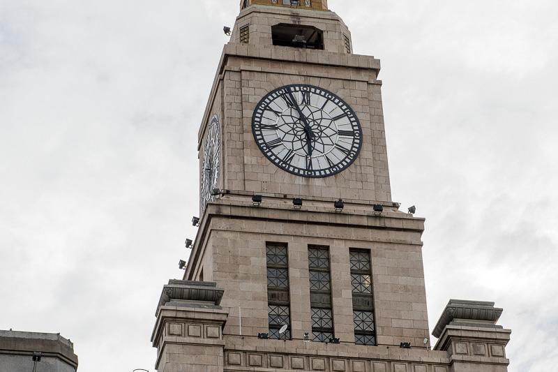 旧江海関ビルの時計台にフォーカス