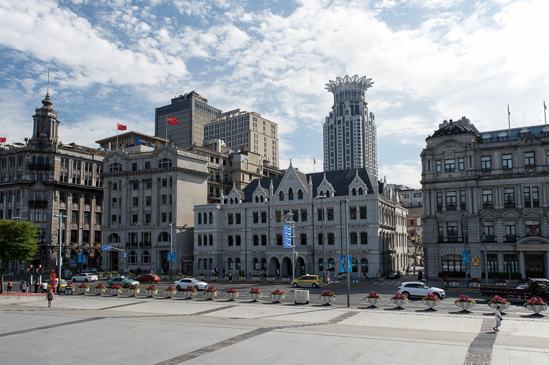 左は、旧日清汽船上海支店ビル。中央の建物は旧中国通商銀行ビル