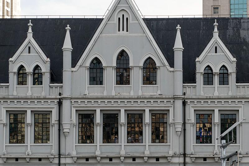 旧中国通商銀行ビルは、外灘でも古い建築物で、建築様式はゴシック様式だという。窓枠の作りが実に印象的
