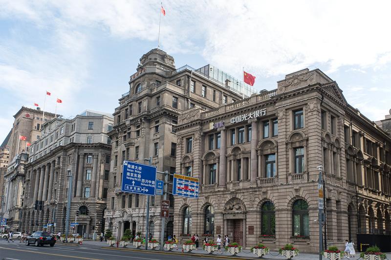 手前から、旧インドシナ銀行ビル(中国光大銀行)、旧グレンラインビル(上海人民広播電台)、旧ジャーディン・マセソン商会ビル(上海外国貿易局など)