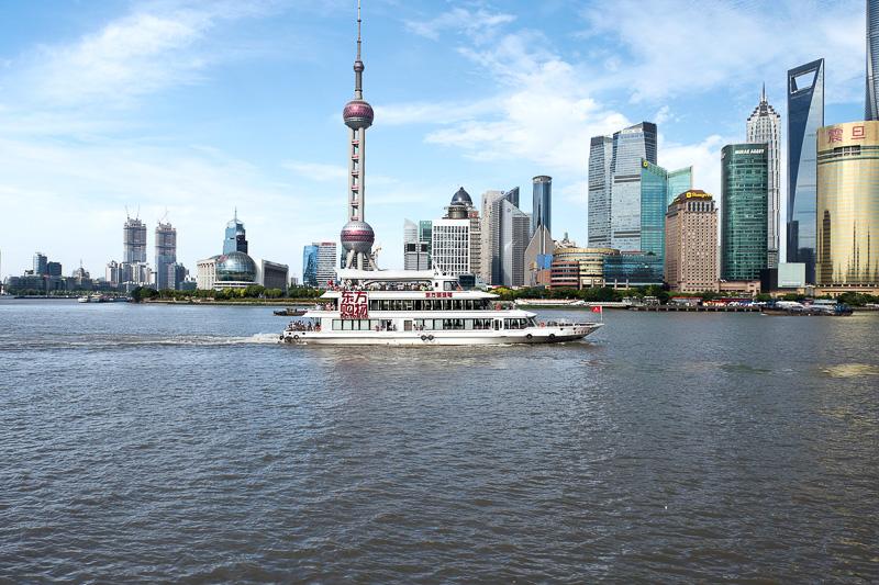 黄埔江には頻繁に船舶が行き交う。背景のビル群の存在感がすごい